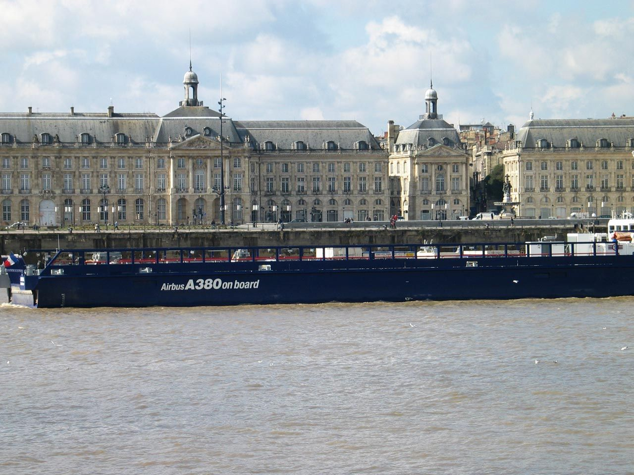 Bordeaux-Barge-Airbus-Place-Bourse
